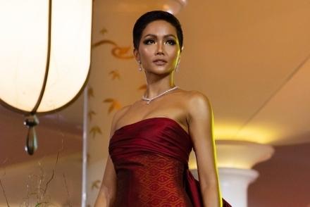 H'Hen Niê lộ miếng dán ngực khi trình diễn tại Miss Universe