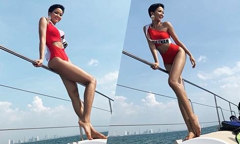"""H""""Hen Niê diện bikini khoe da nâu ở biển Thái Lan"""