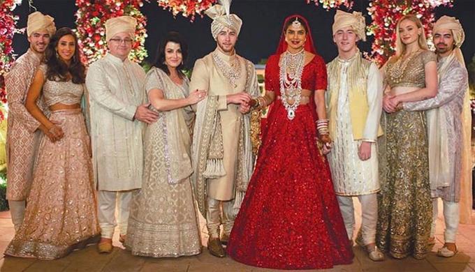 Cô dâu tỏa sáng trong lễ cưới với trang sức vàng và đá quý.