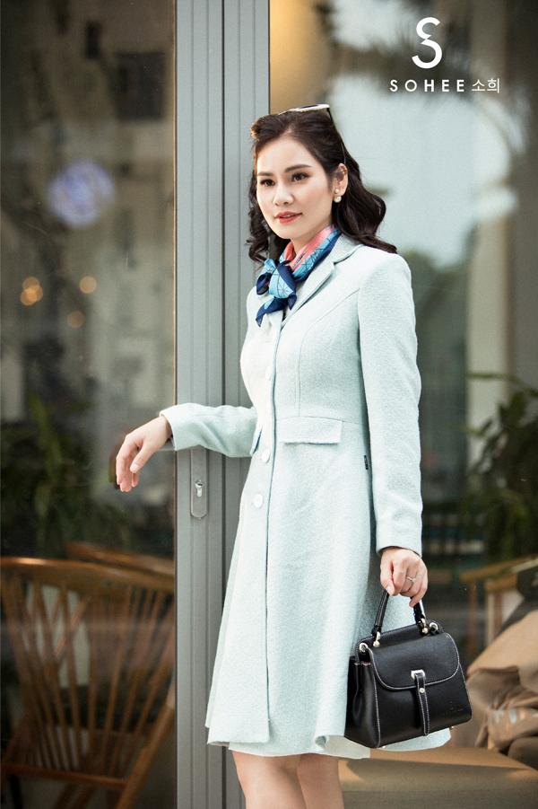 Lấy gam màu pastel chủ đạo, các trang phục camel, nâu đất, xanh bạc hà, hồng nhạt... đều tôn vẻ nữ tính mà không kém phần quyền lực cho những quý cô công sở.