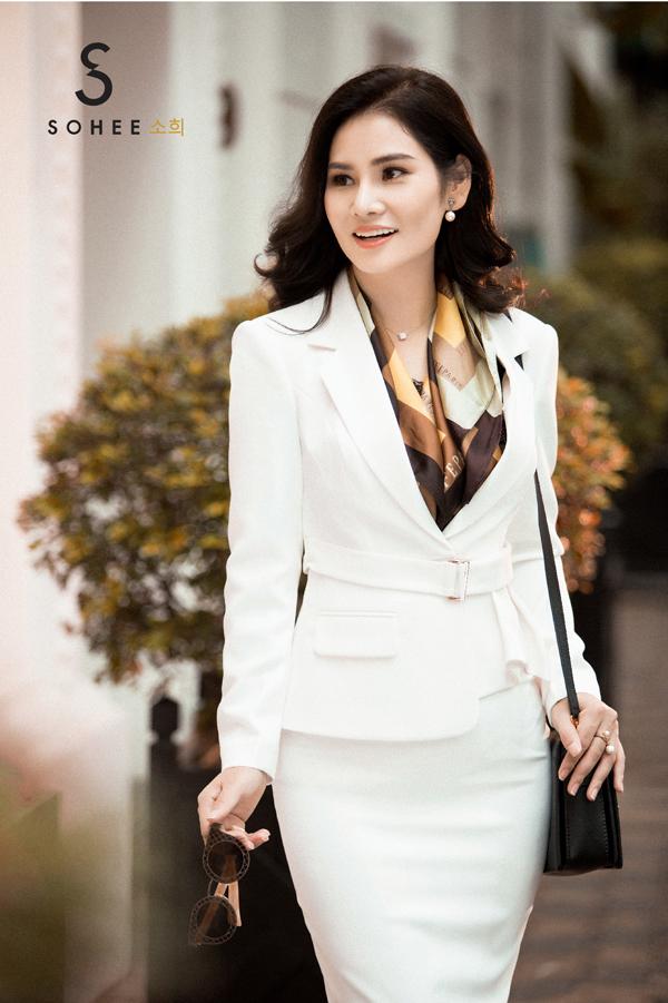 Bên cạnh các thiết kế áo khoác măng tô dáng dài, các mẫu vest đầm cũng được Sohee cho ra mắt trong mùa thời trang năm nay.