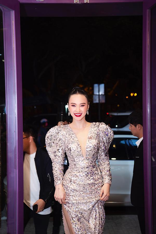 Trong sự kiện giới thiệu thương hiệu thời trang phong thuỷ tại TP HCM, người đẹp đã chọn váy lấp lánh để giúp mình toả sáng.