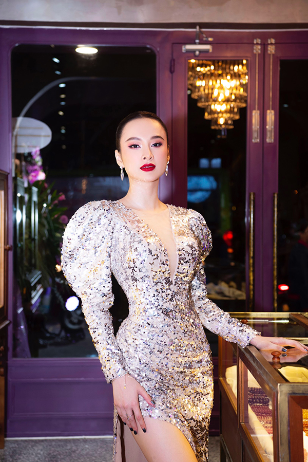 Váy sequins được tạo khối vai bồng độc đáo để khiến người mặc hút ánh nhìn và trở thành nhân vật trung tâm của sự kiện.