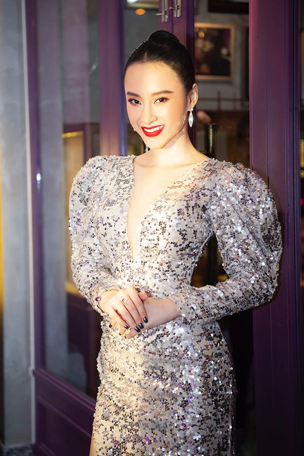 Angela Phương Trinh chia sẻ, thời gian gần đây cô nhận được sự ủng hộ của nhiều khán giả khi theo đuổi phong cách cổ điển mỗi khi xuất hiện tại các sự kiện.