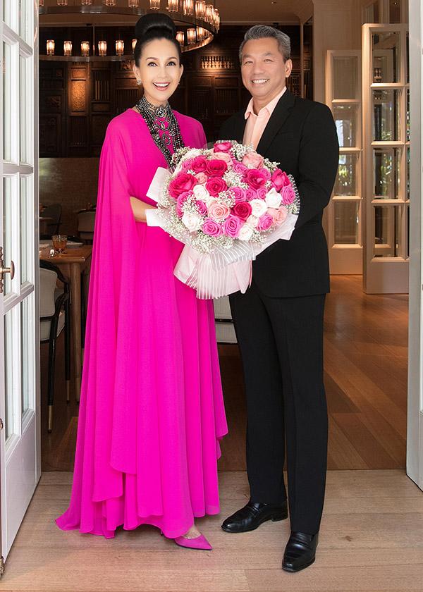 Chồng Diễm My ôm bó hoa hồng lớn tặng sinh nhật vợ. Cả hai kết hôn gần 25 năm nhưng tình cảm vẫn mặn nồng như ngày đầu. Doanh nhân Hà Tôn Đức hiếm khi xuất hiện trong các sự kiện của làng giải trí. Chỉ những dịp kỷ niệm đặc biệt của bà xã, anh mới lộ diện.