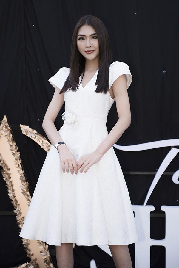 Người đẹp Tường Linh khoe vẻ thanh lịch với váy trắng.