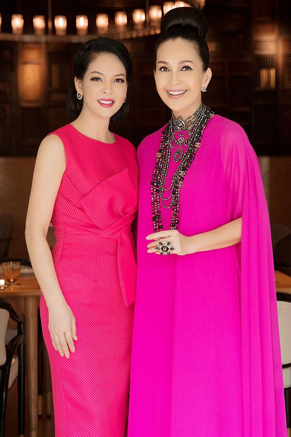Thủy Hương đọ nhan sắc tuổi trung niên với chủ nhân buổi tiệc. Hai người đẹp đều được xem là những mỹ nhân không tuổi của showbiz Việt.