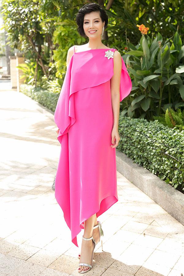 Cựu người mẫu Vũ Cẩm Nhung thanh lịch với váy dáng rộng.