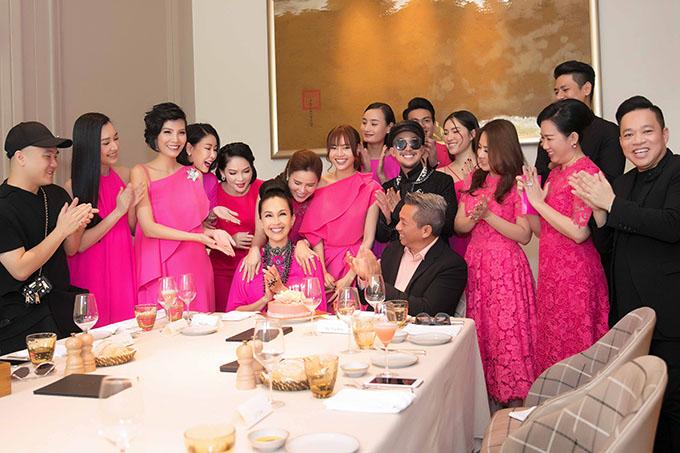 Nữ diễn viên hạnh phúc đón tuổi mới bên chồng đại gia và những người bạn thân thiết trong làng giải trí.