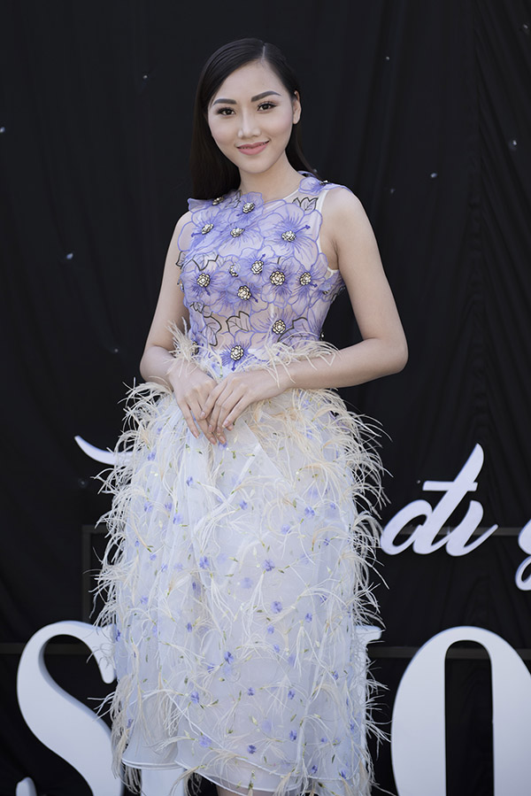 Nữ hoàng sắc đẹp toàn cầu 2017 Hoàng Thu Thảo nữ tính với váy đính lông vũ.