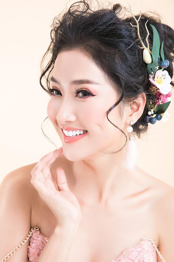 Gương mặt trái xoan cùng vẻ đẹp dịu dàng của cô phù hợp với kiểu trang điểm nhẹ nhàng, tinh tế. Nữ diễn viên đặc biệt yêu thích phong cách trang điểm theo tông hồng ngọt ngào.
