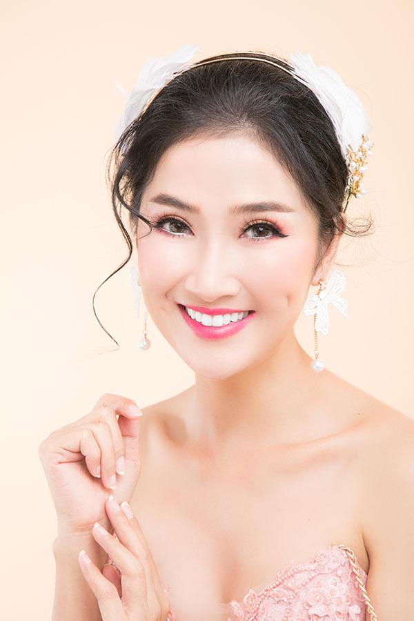 Gam màu hồng dâu cũng được Quỳnh Lam yêu thích. Màu này hợp với những cô dâu tính cách điệu đà, lãng mạn.