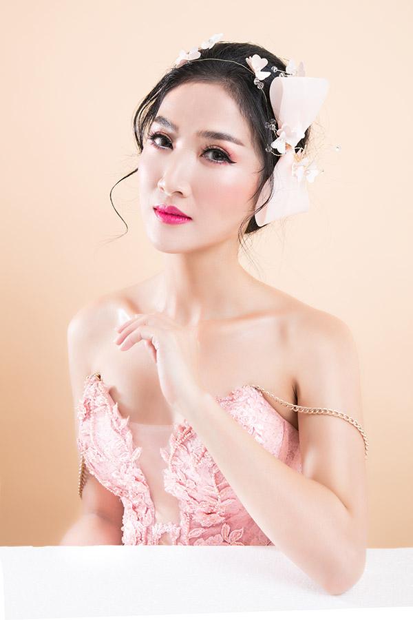 Son hồng đậm giúp Quỳnh Lam nổi bật và trông xinh đẹp, sắc sảo hơn. Nữ diễn viên bật mí trong cả ba kiểu trang điểm, cô đều đánh phấn mắt màu hồng đậm ở bầu và đuôi mắt để có ánh nhìn hút hồn.