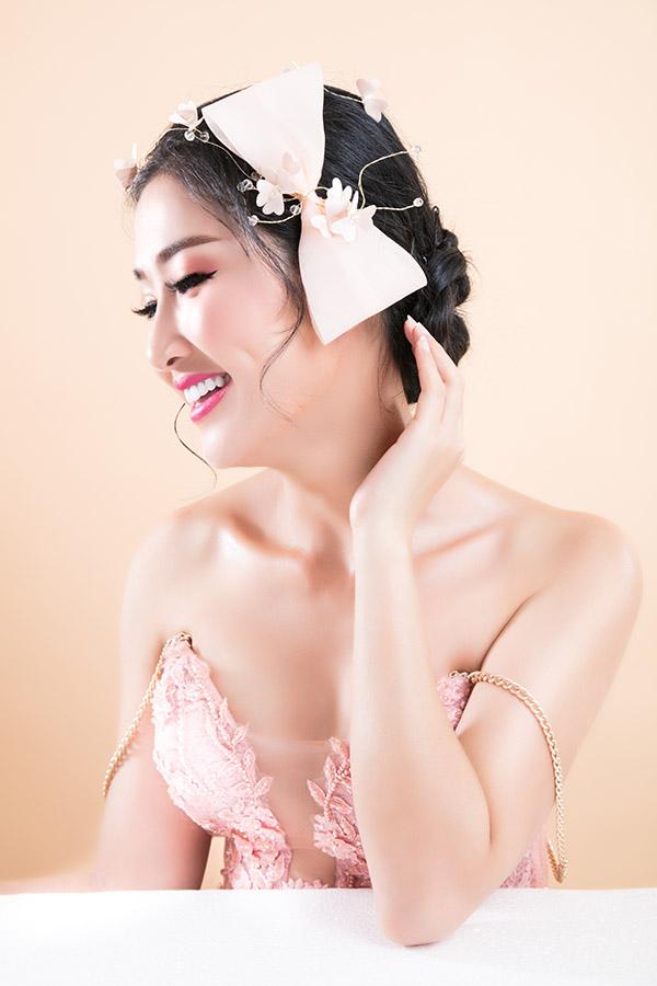 Chuyên gia trang điểm Hồ Thiên Tuấn và tạo mẫu tóc Lê Huỳnh hỗ trợ Quỳnh Lam thực hiện 3 kiểu trang điểm cô dâu theo gam hồng.