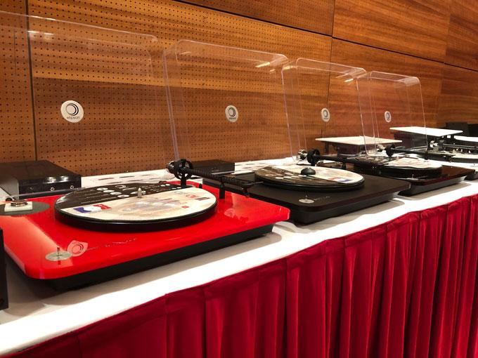 Nhiều dòng đầu đĩa than giá phù hợp từ 15-30 triệu đồng cũng được khách tham quan chú ý.