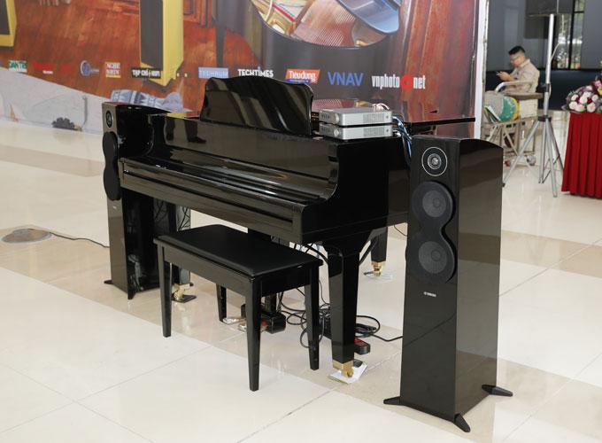 Cây đàn piano ma Disklavier Enspire với khả năng tự chơi nhạc, có khả năng mở rộng kết nối với hệ sinh thái đa phòng Yamaha MusicCast nằm ngay sảnh của triển lãm.