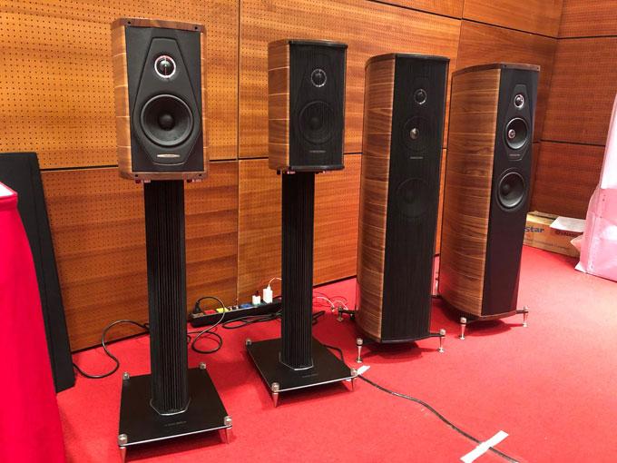 Bên cạnh các thương hiệu quốc tế, AV Show 2018 còn có sự góp mặt của một số nhà sản xuất trong nước như HQ Audio, Thivan Labs... Với mức giá từ vài triệu cho tới dưới 100 triệu đồng nhưng khả năng trình diễn âm thanh khá tốt ngay trong không gian phòng lớn, một số hệ thống âm thanh trong nước được người nghe quan tâm, yêu cầu nghe thử liên tục.