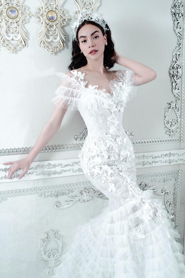 Váy đuôi cá đính họa tiết những cánh bướm 3D và phụ kiện cài đầu ton-sur-ton trắng khiến Hà Hồ xinh đẹp như một nàng công chúa.