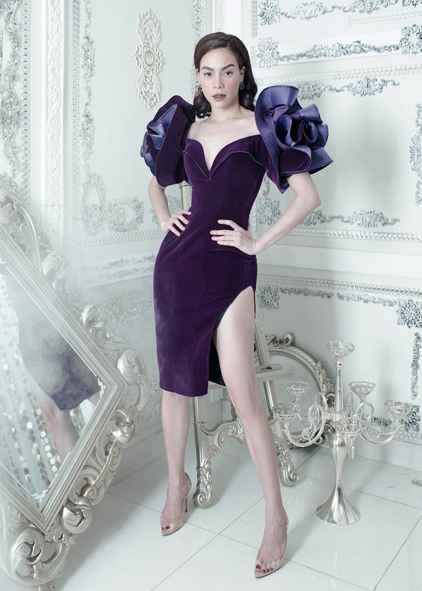 Nữ ca sĩ gợi cảm trong một thiết kế chiết eo, xẻ vạt, lấy điểm nhấn là hai bông hoa to trên vai.