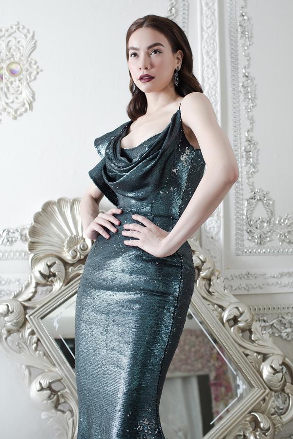 Cô sẽ biểu diễn trong show thời trang vào ngày 13/12 tại Thảo Cầm Viên TP HCM. Bộ ảnh do stylist Nguyễn Thiện Khiêm, chuyên gia trang điểm Trí Chu hỗ trợ thực hiện.