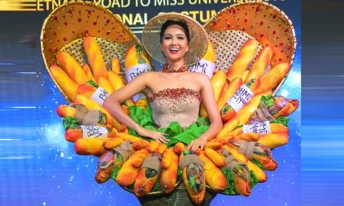 H''Hen Niê trình diễn trang phục ''Bánh mì'' tại Miss Universe