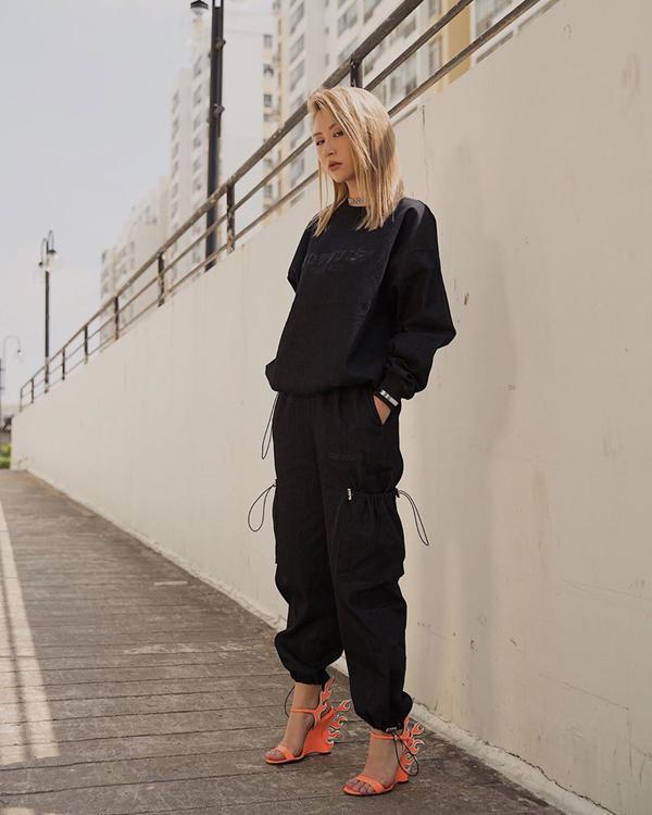 Với phong cách street style, Quỳnh Anh Shyn luôn thể hiện sự biến hóa đa dạng về phong cách. Đặc biệt người đẹp luôn đề cao sự cá tính cũng như cái tôi trong việc tạo điểm nhấn cho từng set đồ.