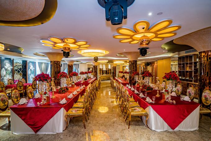 Tọa lạc tại 261 - 263 An Dương Vương, phường 3, quận 5, TP HCM, Nhà hàng Bê Vàng ghi điểm nhờ không gian rộng rãi, thoáng mát nhưng không kém phần sang trọng, hiện đại. Nhà hàng được thiết kế theo nhiều phong cách khác nhau, kết hợp tinh tế giữa những mảng cột pha lê, cùng các dòng suối uốn quanh bàn tiệc và hiệu ứng ánh sáng lung linh, tạo nên khung cảnh thơ mộng và lãng mạn cho các buổi hẹn hò, họp mặt gia đình, bạn bè đồng nghiệp. Đây còn điểm đến thú vị cho những buổi bàn công việc làm ăn nhờ có nhiều phòng VIP 10-60 khách hay các buổi hội thảo sự kiện tại một Ballroom với sức chứa lên đến 250 khách.