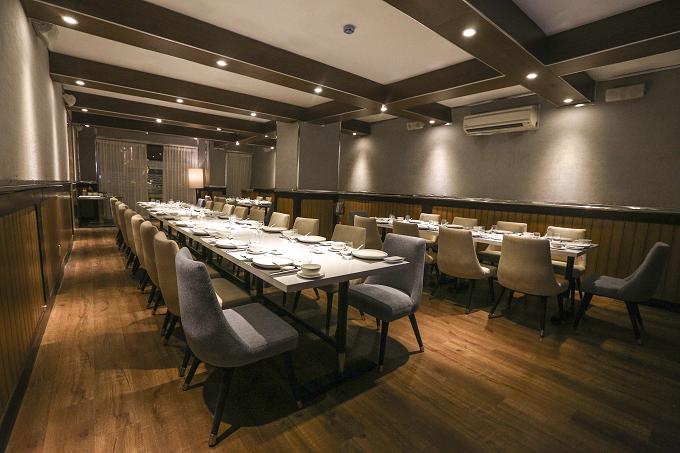 Rivia Seafood Dining nằm tại số 18 Nguyễn Cư Trinh, phường Phạm Ngũ Lão, quận 1 có thiết kế như chiếc du thuyền sang trọng cùng nhiều món đặc trưng. Không gian của nhà hàng được thiết kế theo ý tưởng trên chiếc du thuyền đúng nghĩa mang đậm phong cách Âu châu.