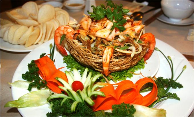 Hải sản là thế mạnh của nhà hàng bởi nguồn nguyên liệu từ quần đảo Trường Sa, đảo Phú Quý, Nha Trang, Phan Thiết. Các món ăn được trang trí tỉ mỉ, bắt mắt.