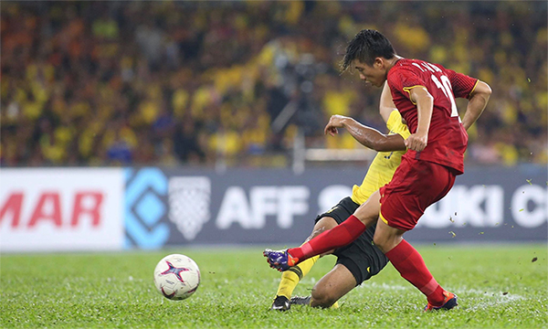 Văn Đức bỏ lỡ cơ hội trong tình huống đối mặt thủ môn Malaysia ở hiệp hai. Ảnh: Đức Đồng.