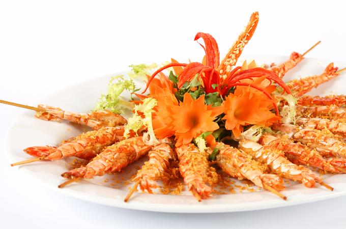 Nhà hàng phục vụ các món ăn khá phong phú, nhất là hải sản tươi sống như ốc vòi voi, tôm càng, tôm tích, tôm sú biển, tôm hùm, cua Cà Mau, ốc hương, sò lụa...