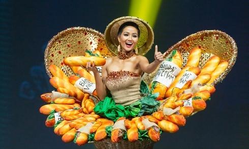 H'Hen Niê gặp sự cố sát giờ diễn trang phục 'Bánh mì'