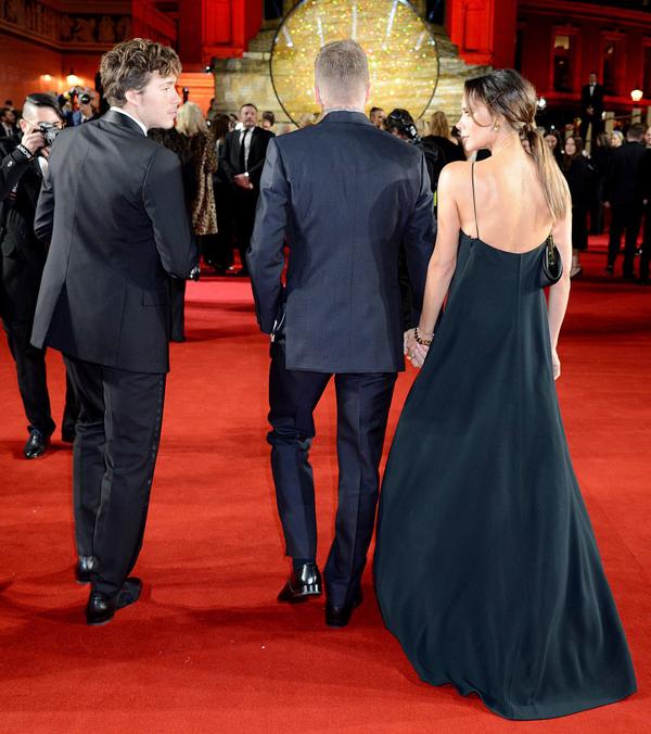 Vic nắm tay chồng, quay lại phía sau để trò chuyện với con trai hot boy.