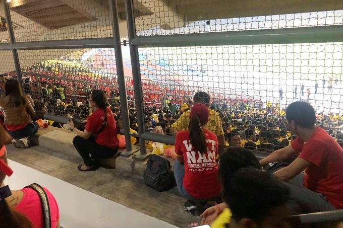 Hình ảnh tại sân Bukit Jalil được Lệ Hằng ghi nhận, với nhiều khán giả Việt không thể vào sân.