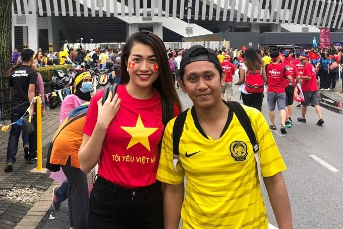 Lệ Hằng bên cạnh một khán giả Malaysia.
