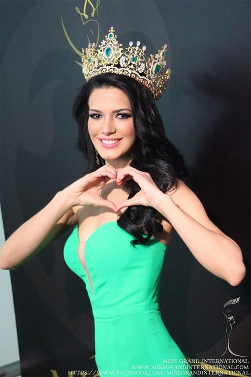 Tại Miss Grand International (Hoa hậu Hòa bình quốc tế), ngay trong năm đầu tiên tổ chức tại Thái Lan (2013), Puerto Rico đã xuất sắc giành ngôi vị hoa hậu. Người đẹp giúp quốc đảo nghèo khó nhưng xinh đẹp này một lần nữa thăng hạng trên bản đồ nhan sắc quốc tế là Janelee Marcus Chaparro Colon. Cô được đánh giá không chỉ sở hữu vẻ đẹp bốc lửa mà còn rất năng động và thông minh.