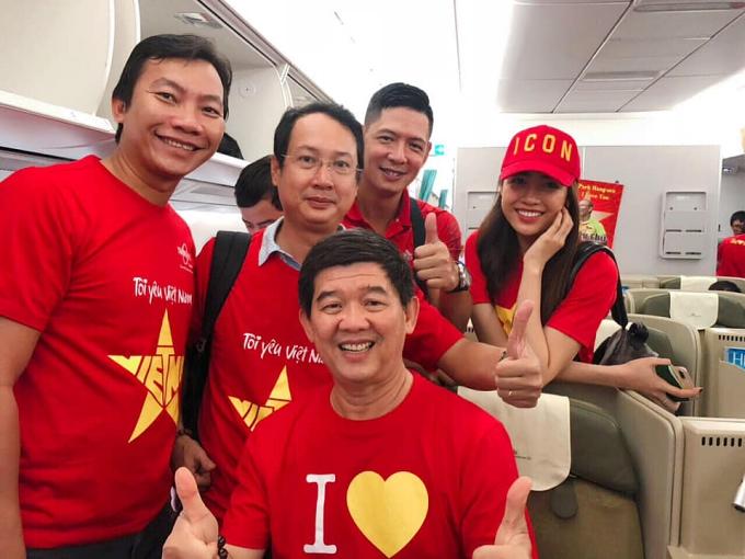 Lệ Hằng gặp diễn viên Bình Minh (thứ hai từ phải sang) trên chuyến bay sang Malaysia.