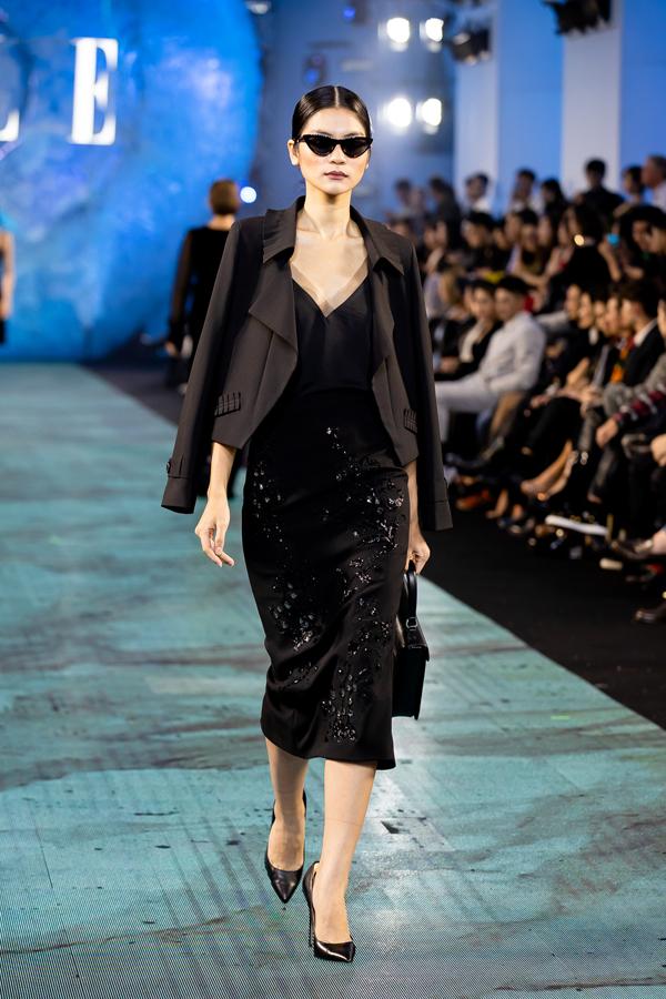 Các mẫu thiết kế của Tăng Thanh Hà giành được nhiều lời khen ngợi của giới chuyên môn và khách mời theo dõi show diễn.
