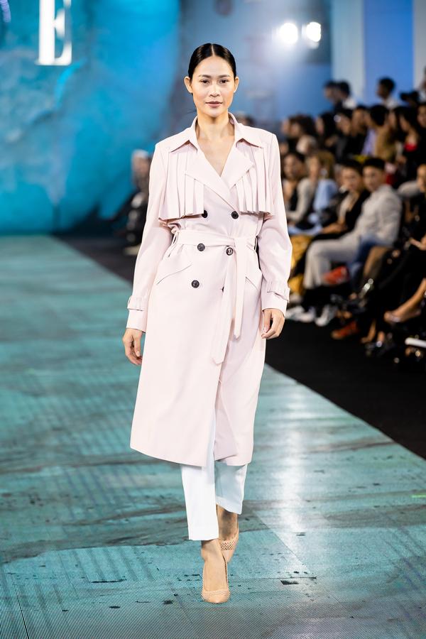 Song song với các mẫu váy hai dây, váy lụa mềm phù hợp với tiết trời nắng ấm phương Nam là dòng sản phẩm phù hợp với không khí thu đông.