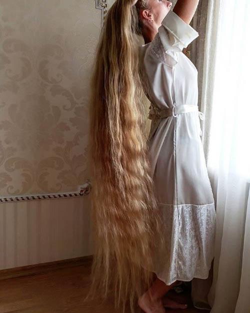 Alena miêu tả mình là một người vui tính, hóm hỉnh nhưng thừa nhận cô thích được so sánh với nhân vật Công chúa Rapunzel trong hoạt hình Disney. Cô cũng thích nhìn thấy vẻ mặt kinh ngạc của mọi người khi cô xõa tóc ở nơi đông người.