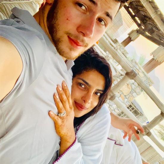 Trước đó, cặp đôi đã có kỳ nghỉ trăng mật ngắn vào cuối tuần qua. Priyanka Chopra chia sẻ bức ảnh tình tứ bên chồng với dòng thổ lộ Người ta nói rằng hôn nhân rất hạnh phúc... cùng biểu tượng trái tim.