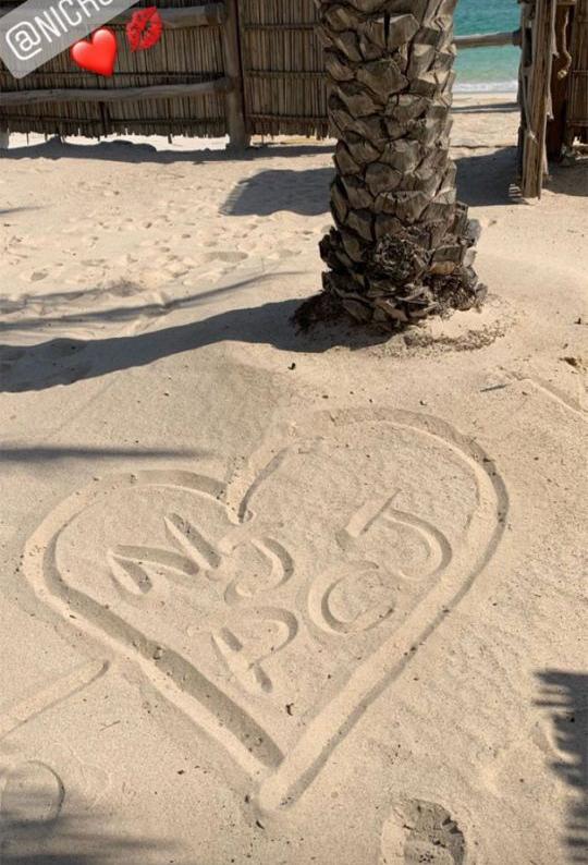 Nick cũng đăng tải hình trái tim ghi tên viết tắt của hai người (Nick Jonas và Priyanka Chopra Jonas) trên bãi biển. Theo trang Times of India, đôi uyên ương đã đi nghỉ trăng mật tại Oman - quốc gia Nam Á với những bãi biển thơ mộng.