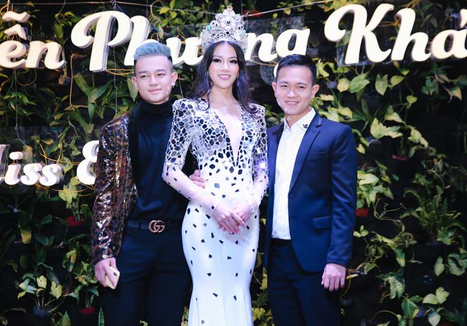 Anh trai của Phương Khánh là chuyên gia trang điểm Hy Nguyễn (phải) và em trai cô có mặt trong buổi tiệc tối 11/12.
