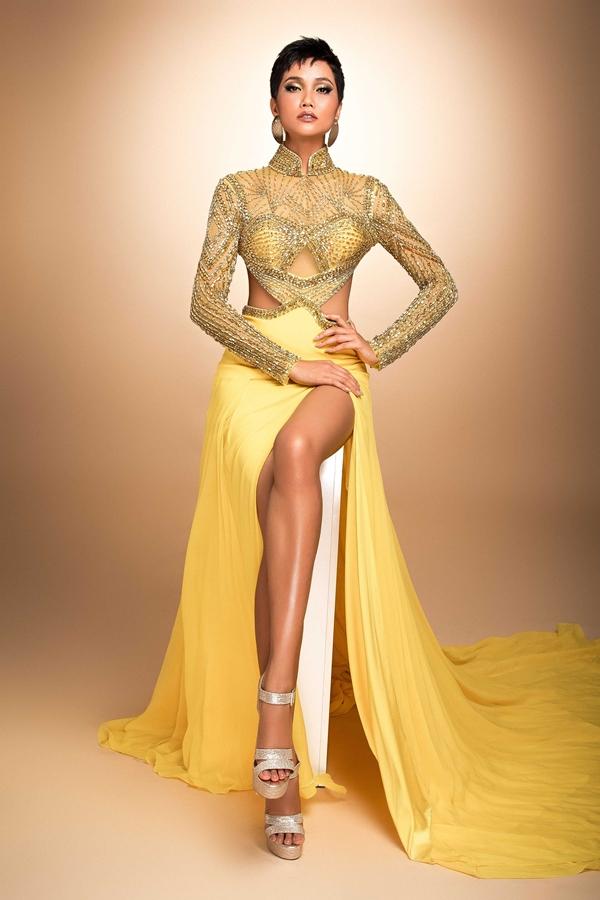 HHen Niê mang đầm dạ hội phối áo dài đến Miss Universe