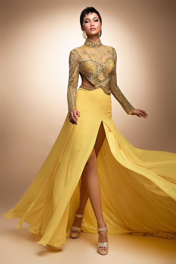 HHen Niê mang đầm dạ hội phối áo dài đến Miss Universe - 1