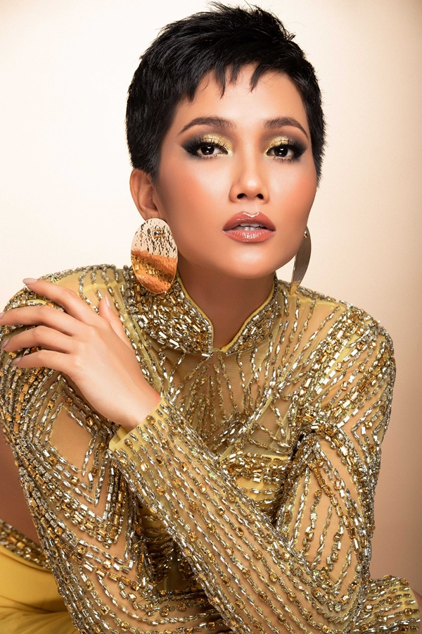 HHen Niê mang đầm dạ hội phối áo dài đến Miss Universe - 2