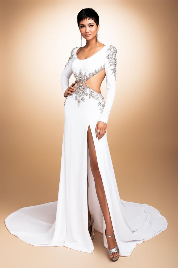 HHen Niê mang đầm dạ hội phối áo dài đến Miss Universe - 3