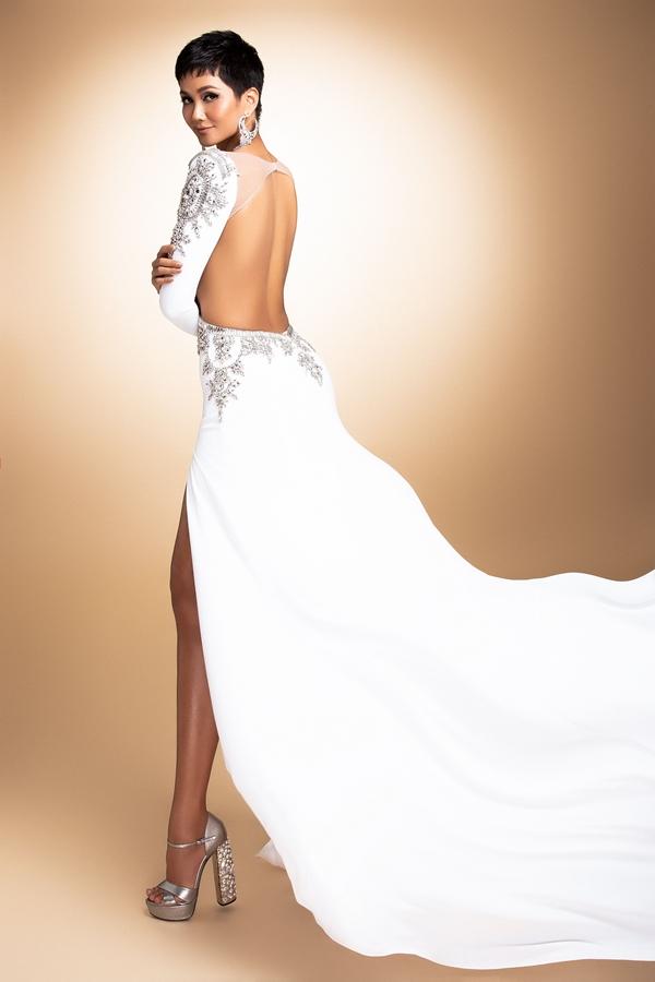 HHen Niê mang đầm dạ hội phối áo dài đến Miss Universe - 4