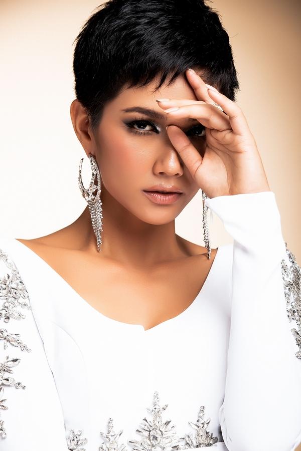 HHen Niê mang đầm dạ hội phối áo dài đến Miss Universe - 5