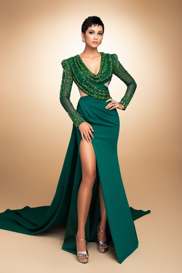 HHen Niê mang đầm dạ hội phối áo dài đến Miss Universe - 6